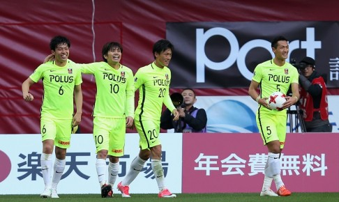 KOBE, JAPAN - APRIL 01:  Wataru Endo (1st L) of Urawa Red Diamonds celebrates scroing his side's second goal with his team mates during the J.League J1 match between Vissel Kobe and Urawa Red Diamonds at Noevir Stadium Kobe on April 1, 2017 in Kobe, Hyogo, Japan.  (Photo by Buddhika Weerasinghe - JL/Getty Images for DAZN)
