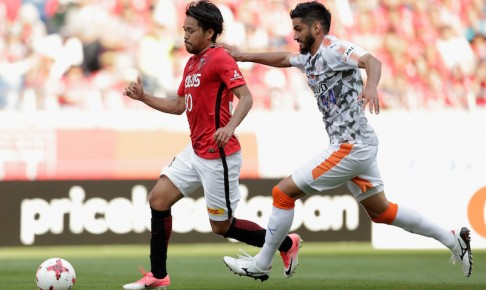 SAITAMA, JAPAN - MAY 20:  Shinzo Koroki of Urawa Red Diamonds goes past Leandro Freire of Shimizu S-Pulse to score his side's third and hat trick goal during the J.League J1 match between Urawa Red Diamonds and Shimizu S-Pulse at Saitama Stadium on May 20, 2017 in Saitama, Japan.  (Photo by Kiyoshi Ota - JL/Getty Images for DAZN)