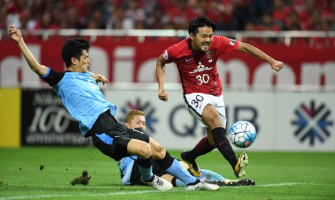 SAITAMA, JAPAN - SEPTEMBER 13:  Shinzo Koroki of Urawa Red Diamonds scores the first goal during the AFC Champions League quarter final second leg match between Urawa Red Diamonds and Kawasaki Frontale at Saitama Stadium on September 13, 2017 in Saitama, Japan.  (Photo by Masashi Hara/Getty Images)